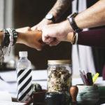Social kapital er genvejen til bedre trivsel og stærkere bundlinje